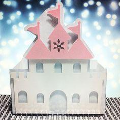 Lind�ssimo cachep� de castelo para a festa da sua princesa. <br> <br>Pode ser adaptado �s outras Princesas, trabalhando apenas as cores. <br> <br>Recebe detalhem em strass ou meias-p�rolas e acabamento em papel metalizado. <br> <br>Frente e verso s�o iguais.