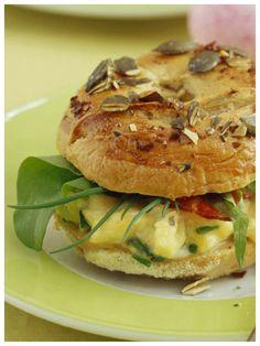 Die perfekte Frühstückskombi: Rührei-Bagel mit Speck | http://eatsmarter.de/rezepte/ruehrei-bagel-mit-speck