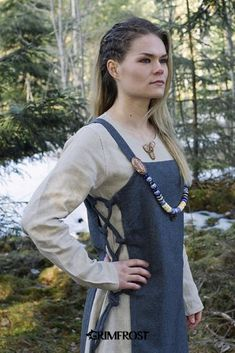 A really nice, high quality apron in herringbone wool with a matching linen dress. Known as a Smokkr, this type of dress was a common garment among the Viking women who often combined it with a pair of turtle brooches. Viking Dress, Medieval Dress, Viking Clothing, Historical Clothing, Historical Photos, Vikings, Viking Party, Viking Woman, Viking Warrior