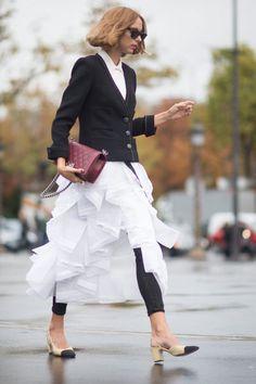 Street-Style Layering von Candela Novembre. Rüschenrock zu Blazer und Chanel Accessoires II Foto @ Getty Images