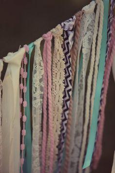 Para hacer una cortina para decorar o separar ambientes solo necesitas varios retazos de tela!!