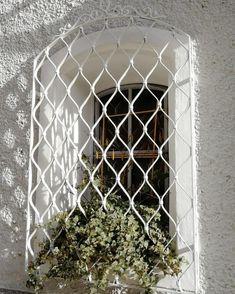 Görüntünün olası içeriği: bitki Iron Decor, Wrought Iron, Outdoor Structures, Park, Instagram, Window Bars, Ivy, Parks, Blacksmithing