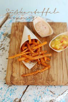 Süßkartoffelpommes mit 2 Dips (Mango-Tomate und Chili-Mayonnaise) sowie selbstgemachtem Pommesgewürz