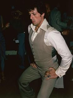 This is a disturbing photo of Sylvester Stallone dancing if you can call it that at Studio 54 late Studio 54 New York, Studio 54 Fashion, Studio 54 Disco, Stallone Rocky, Silvester Stallone, Rambo, Disco Club, People Dancing, Divas