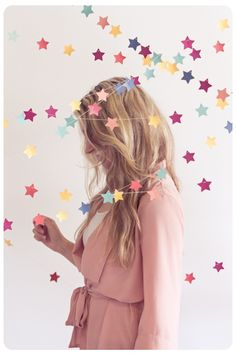 DIY star garland - This would also be super cute on the Christmas tree, with different colors obviously. Star Garland, Bunting Garland, Buntings, Star Banner, Paper Bunting, Diy Banner, Diy Backdrop, Backdrop Decorations, Star Decorations