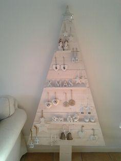 houten kerstboom  in white wash.