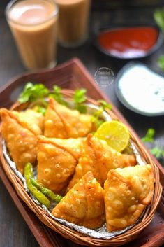 Perfectly crisp delicious Aloo Samosa recipe with step-wise pictures. A fail-proof recipe for making Punjabi Aloo Samosa, best for your cup of tea & coffee. Indian Snacks, Indian Food Recipes, Indian Foods, Aperitivos Vegan, Punjabi Samosa, Baked Samosa, Snack Recipes, Cooking Recipes, Finger Foods
