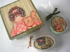 Caixa em mdf, com dois sabonetes decoupados. Uma gracinha de presente perfumado. Os sabonetes podem ser usados normalmente. R$25,00