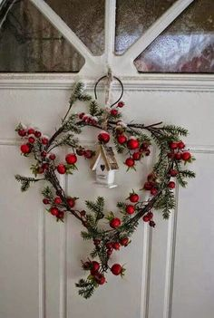 Festive wall and door decoration ideas with wreaths - Bastelideen - Natal Noel Christmas, Little Christmas, Country Christmas, Winter Christmas, Christmas Ornaments, Woodland Christmas, Winter Holidays, Christmas Berries, Cottage Christmas