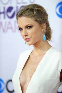 Taylor Swift Cleavage Source by wespwr Taylor Swift Hot, Taylor Swift Bikini, Estilo Taylor Swift, Taylor Swift Style, Swift 3, Taylor Swift Tattoo, Taylor Swift Makeup, Red Taylor, Taylor Swift Facts