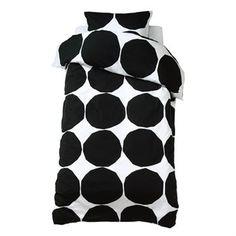Kivet nennt sich diese Marimekko-Bettwäsche, die sich durch ein schwarz-weiß gepunktetes Motiv definiert. Design von Maija Isola und Kristina Isola.