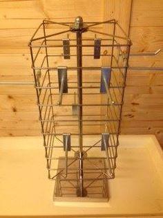 1 kr. - Bord display, i blank metal 4 sider og med kroge stativet kan drejes rundt. Er velegnet til Bijouteri eller hårpynt.  Giv et bud.....