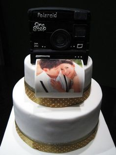 What a gorgeous and creative wedding cake!