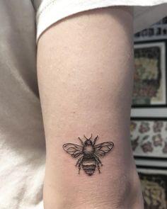 "Polubienia: 942, komentarze: 2 – Dorian Lehmann Tattoos (@dorianlehmann) na Instagramie: ""✒️🖤 Let it 🐝 #bee #tattoo #ink #prettywisetattoos #dorianlehmann #dotwork #blackwork #warsaw Peace!…"""