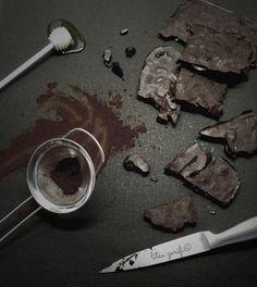 Σας έχω φτιάξει σοκολάτα γάλακτος, θεϊκή σοκολάτα με βύσσινα, λευκή σοκολάτα.. Έλειπε από τη συλλογή μια bitter chocolate. Νομίζω ολοκλήρωσα το καρέ της σοκολάτας.  Εκτύπωση Συνταγή: Litsa Zarifi Υλικά 100 γρ. λάδι καρύδας ή άοσμο λάδι καρύδας 60 γρ. κακάο 80 γρ. μέλι 70 γρ. μιξ από αποξηραμένα κράνμπερις , ξανθές αποξηραμένες σταφίδες, ανάλατα Διαβάστε περισσότερα »