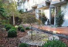 Landschafts-Gartengestaltung-japangarten-mulch-kies-holzterrasse