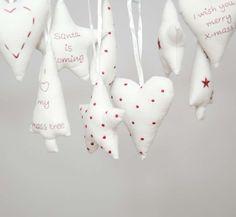 Kersthangertjes van stof en borduurwerk