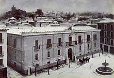 Plaza del Carmen con la fuente de la Plaza de La Trinidad (1885) Granada, Trinidad, Valencia, Paris Skyline, Mansions, Black And White, House Styles, Plaza, Travel