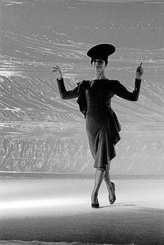 Народная артистка СССР, балерина Майя Плисецкая выступает в роли манекенщицы, демонстрируя новинки сезона знаменитого французского модельера Пьера Кардена Nureyev, Ballet Fashion, French Fashion Designers, Beautiful Costumes, Ballet Dancers, Pierre Cardin, Maya, Fashion Photography