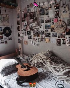Beyond the Gallery Wall: Here's How to Decorate Your Dorm Room With More Than Just Posters Try these DIY dorm decorating tricks to upgrade your wall decor for cheap. #walldecortricks<br> From geometric poster arrangements to decorative tape, keep reading for seven cool ways turn your keepsakes into dorm decorations. Diy Wall Decor, Diy Bedroom Decor, Diy Home Decor, Bedroom Ideas, Glass Office, Geometric Poster, Grunge Room, Xmas Lights, Fairy Lights