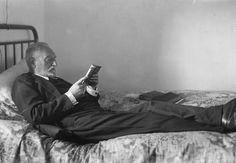 Miguel de Unamuno leyendo