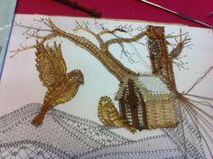 L'HIVER DES OISEAUX Arlette s'applique sur ce très joli tableau Crochet Flower Patterns, Crochet Flowers, Lace Making, Bobbin Lace, Blog, Moose Art, Birds, Applique, Youtube