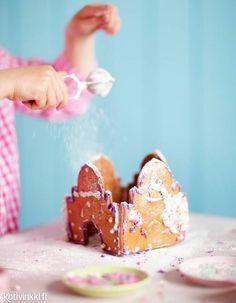 Helppo piparkakkulinna tehdään lasten kanssa. Bake gingerbread castle with children. Kuva/pic Elvi Rista. #gingerbread #gingerbreadhouse #christmascookies Christmas Baking, Christmas Cookies, Gingerbread Cookies, Happy Holidays, Desserts, Fun, Kids, Xmas Cookies, Gingerbread Cupcakes