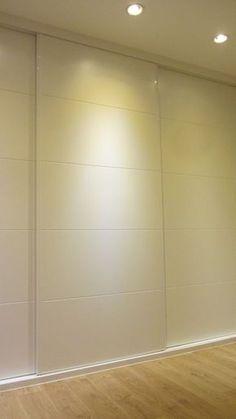 Detalle de armario de dormitorio principal, de tres puertas correderas lacadas en blanco, con decoración de franjas tipo pico de gorrión. Decor, Furniture, House Design, Room, House, Decor Design, House Styles, Home Decor, Room Divider