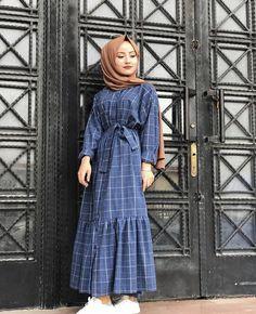 Image may contain: 1 person standing Tesettür Mont Modelleri 2020 Modern Hijab Fashion, Abaya Fashion, Muslim Fashion, Modest Fashion, Fashion Outfits, Checkered Outfit, Hijab Style Dress, Modele Hijab, Stylish Hijab