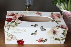 Romantique boite à mouchoirs  fleurs, roses et papillons - esprit shabby campagnard chic
