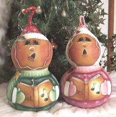 Gingerbread Gourd Chirstmas Carolers Pattern © by Cindy Trombley 2005 These two gourds have been painted into gingerbread carolers. I loved Decorative Gourds, Hand Painted Gourds, Crown Painting, Tole Painting, Pattern Drawing, Pattern Art, Gourds Birdhouse, Birdhouses, Santa Ornaments