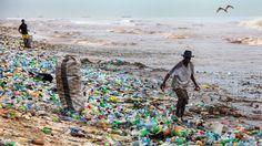 Muovijätteen lisäksi merten muoviongelmaa pahentavat autoilu ja keinokuitutekstiileistä irtoavat mikromuovit.  Tämä kuva on Ghanasta. Copyright: EPA. Kuva: CHRISTIAN THOMPSON.