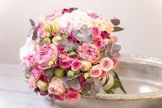 Ihr plant eine Winter-Hochzeit, mögt aber trotzdem nicht auf Farbe verzichten? Dann werdet ihr den Brautstrauss des Monats Februars von English Rosarium in Winterthur genau so lieben wie ich.