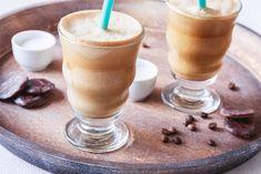 Vyzkoušejte smoothie maker k přípravě originální ledové kávy, frappé, kterou jsme s velkou vděčností okoukali od Řeků. Získáte ledový nápoj se silnou chutí kávy a jemnou pěnou. Smoothie Makers, Brownie Cupcakes, Cocktails, Drinks, Frappe, Food And Drink, Pudding, Tea, Coffee