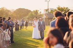 Mayara e Allan planejaram um casamento ao ar livre, na beira da praia, num dia lindo e ensolarado.  Porém na semana que antecedeu o casamento, o tempo em Vitória - ES mudou e começou a chover muito! Todos nós ficamos preocupados, afinal era o sonho dos noivos... Mas Deus, em sua infinita bondade, amanheceu o dia de sábado escolhido por eles, com um sol LINDO do jeito que desejamos para essa união.  E assim, com a benção de Deus, Mayara e Allan disseram sim. <3    Decoração: Débora Nitz…