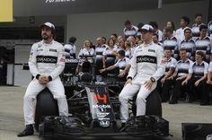 Fernando Alons y Stoffel Vandoorne en la foto de equipo McLaren
