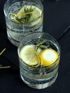 Silvestercocktail: Rosmarin Gin Tonic - Rosmarinsirup selbst machen für eine geile Gin Tonic Mischung - der Sirup passt auch in andere Cocktails und lässt sich alkoholfrei verarbeiten  #gin #gintonic