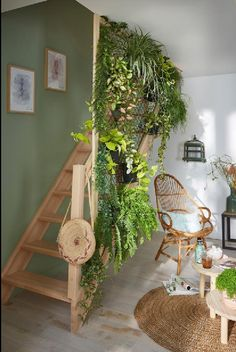 the living room, the stairway becomes a real hanging garden! - -In the living room, the stairway becomes a real hanging garden! House Plants Decor, Plant Decor, Aesthetic Room Decor, Dream Rooms, House Rooms, Home And Living, Living Room, Room Inspiration, Sweet Home