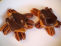 Homemade Turtle Candy FYI Kraft Caramels are gluten free! Just make sure your chocolate chips are too and you are good to go. Made these delicious Homemade Sweets, Homemade Candies, Homemade Gifts, Christmas Baking, Christmas Brunch, Christmas 2014, Christmas Goodies, Christmas Recipes, Xmas