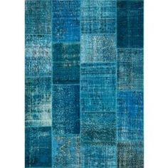Vintage Patchwork Karpet Blauw NIEUW.Prachtige patchwork karpetten die worden gemaakt van oude karpetten. Deze worden helemaal opnieuw gewassen, gebleekt, gekleurd en vervolgens aan elkaar gehecht tot vloerkleed. Alle karpetten zijn uniek en leverbaar in veel verschillende kleuren en maten.