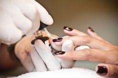 Após as duas camadas de esmalte, o manicure passa a última cama de base em gel e deixa secar na cabine por mais três minutos. As quatro camadas de gel deixam as unhas mais grossas e resistentes