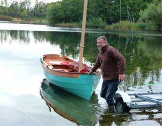 On voit que le seul poids de la voile réussit à faire gîter Silmaril légérement. Sa flottaison est dessinée pour un déplacement de 404 kg en charge, et il n'en pèse donc pour l'instant que 115 à peu près (98 kg de coque et 17 kg de bazar mobile : dérive, gouvernail, gréement, avirons et matériel de sécurité).