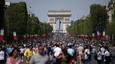 Los peatones toman los Campos Elíseos de París en un día sin coches – AB Magazine