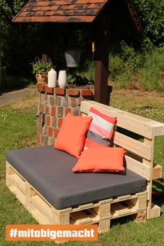 A lounge for beautiful hours in the garden # pallet furniture . - A lounge for nice hours in the garden # mitobigemacht # Pallet furniture # DIY furniture s - Diy Furniture Couch, Diy Garden Furniture, Diy Pallet Furniture, Diy Pallet Projects, Furniture Design, Outdoor Furniture, Office Furniture, Meubles Peints Style Funky, Built In Couch