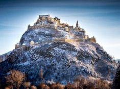 In einem der schönsten Täler Kärntens erhebt sich ein 150 Meter hoher Kalksteinfelsen, der von allen umliegenden Bergen und Hügeln aus zu sehen ist. Oben drauf – die Krönung sozusagen – die wunderschöneBurg Hochosterwitz. Infos zur Burg, denEintrittspreisen,Öffnungszeiten,Anreise,Wetteretc. Links zur Hochsterwitz-Bildergalerie & Infos zu Veranstaltungen auf der Burg am Ende des Beitrags. #kärnten #top10kärnten #carinthia #carinzia #austria #castles #autriche #castello #amazing Mount Everest, Mountains, Nature, Travel, Austria, Road Trip Destinations, Hiking, Jokes, Easter Activities