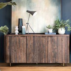Buffet bas en bois recyclé 150 cm. Fabriqué en bois certifié FSC.® recyclé, ce meuble écologique est fabriqué sans produits chimiques et uniquement à partir de bois de récupération. Le bois brun peut présenter des défauts et des marques authentiques qui font tout son charme. Le buffet QUEENSTOWN offre 3 portes sur sa facade, chacune découvrant une étagère de rangement. Les portes se ferment avec un système aimanté. Meuble garanti 2 ans et livraison offerte par Pier Import. Narrow Sideboard, Wood Sideboard, Modern Sideboard, Reclaimed Wood Mirror, Reclaimed Timber, Reclaimed Wood Furniture, Teal Chair, Cupboard Design, Classic Interior
