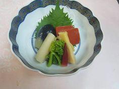 高野山料理 花菱  雪景色の高野山です。写真は活盛りです。精進料理のお造りにあたるものです。新竹の子、色だし小茄子、菜の花、赤蒟蒻などを盛りこみました。辛子酢味噌でいただきます。