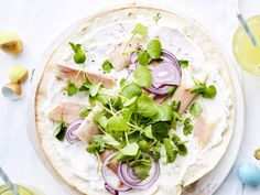 Krokante tortilla met ricotta, gerookte forel en waterkers - Libelle Lekker  Deze tortilla is ideaal om te serveren op een brunch en is klaar in 15 minuten.