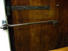 paletto in ferro battuto e bandella incassata a mano per portoni