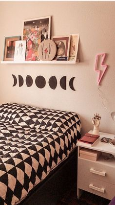 Quarto com a nossa Moon Phases de Cortiça e o Led Neon Raio Cute Room Decor, Room Decor Bedroom, Aesthetic Room Decor, Idee Diy, Fashion Room, Dream Rooms, Girl Room, Decoration, Led Neon
